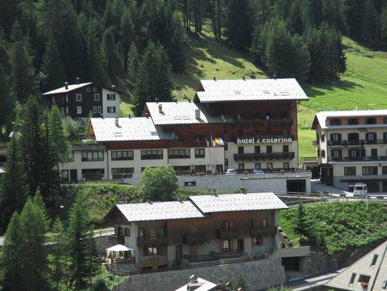 Hotel Santa Caterina: l'albergo visto dalla panoramica verso i prati di Li Nanza