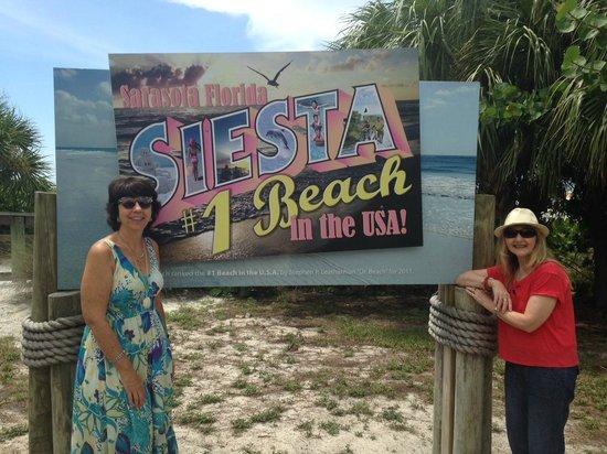 Siesta Beach : Friends at the lovely Siesta Key sign