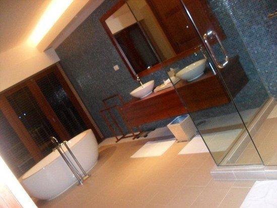 Vakarufalhi Island Resort: Il bagno del nostro overwater