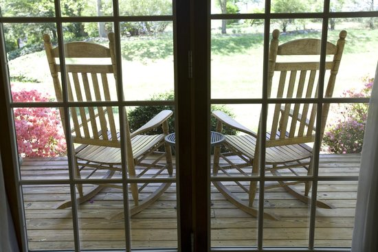 Highland Lake Inn & Resort Hendersonville: Rocking chair porches