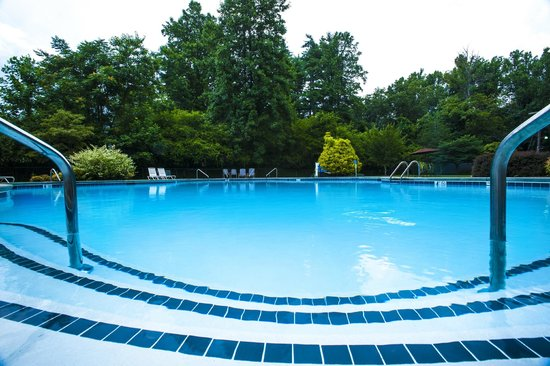 Highland Lake Inn & Resort Hendersonville: Swimming pool Memorial Day through Labor Day
