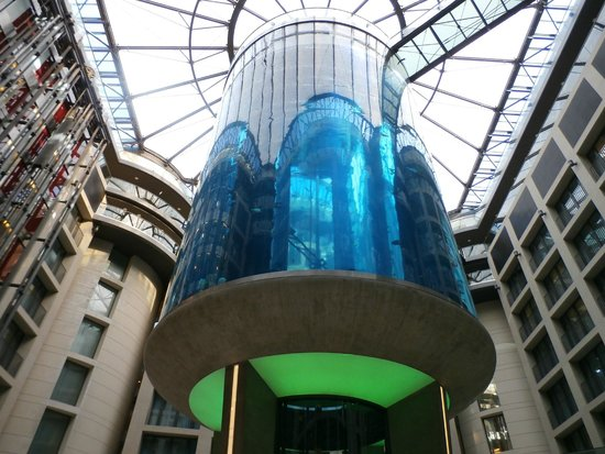 lobby aquarium bild von radisson blu hotel berlin berlin tripadvisor. Black Bedroom Furniture Sets. Home Design Ideas