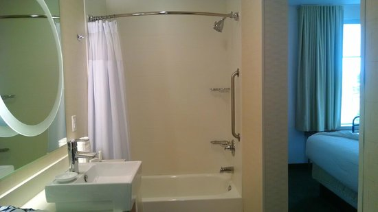 SpringHill Suites Philadelphia Langhorne: Bathroom tub/shower combo