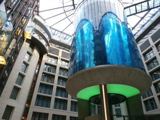 Radisson Blu Hotel, Berlin: Lobby aquarium