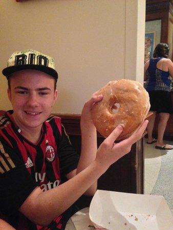 Hard Rock Hotel at Universal Orlando: Huge doughnut for Brekkie