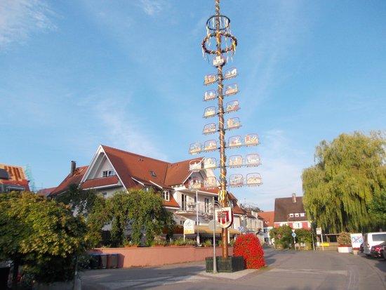 Hotel-Restaurant Klett: Vista dll'hotel Klett dalla passeggiata a lago