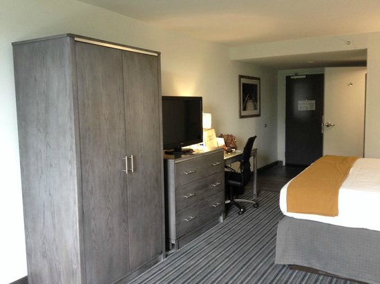 Holiday Inn Express Williamsburg North : Storage, tv and desk