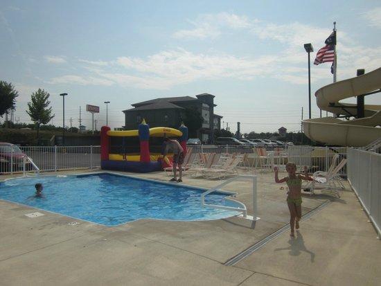 LakeHouse Hotel: pool/waterslide/jumphouse