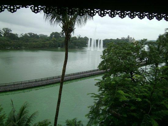 The Kandawgyi Palace Hotel: Kandawgyi lake