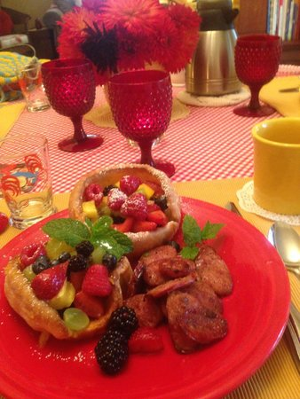 Hedman House, A Bed and Breakfast: The first day we had delicious Dutch Baby Pancakes with fresh fruit for breakfast.