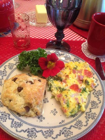 Hedman House, A Bed and Breakfast: The second morning we were treated to a frittata and chocolate chip scone!