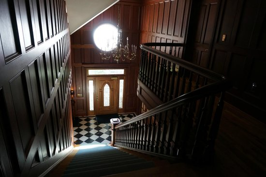 B&B Ranch: Staircase to the upper level rooms
