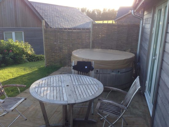Swandown Lodges: Hot tub and patio area Infront of lodge