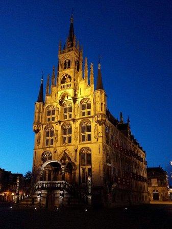 Stadhuis (City Hall) : Stadhuis bij nacht.