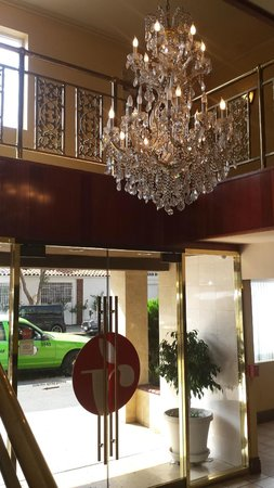 Ramada by Wyndham Los Angeles/Downtown West: entrance and chandelier