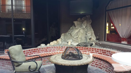 Ramada Los Angeles/Downtown West : fire pit lounge
