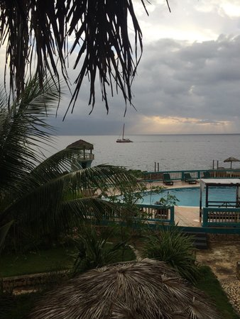 Negril Escape Resort & Spa: The view from upstairs jamrock section