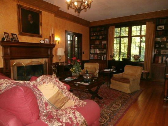 Sobotta Manor Bed & Breakfast : the library/parlor