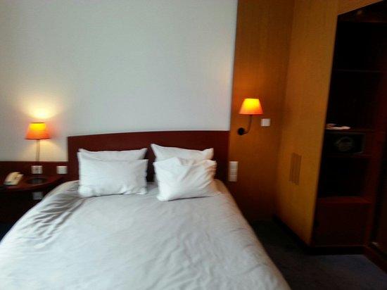 Novotel Suites Hamburg City hotel: Letto matrimoniale,  sulla destra porta della zona con doccia e vasca!