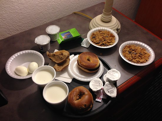 La Quinta Inn & Suites Buena Park: Great breakfast selection. Coffee weak!