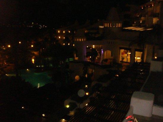 H10 Estepona Palace: Vista nocturna