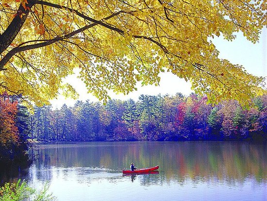 Highland Lake Inn & Resort Hendersonville: Canoeing on a crisp Fall day.
