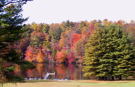 Highland Lake Inn & Resort Hendersonville: Fall at Highland Lake Inn & Resort