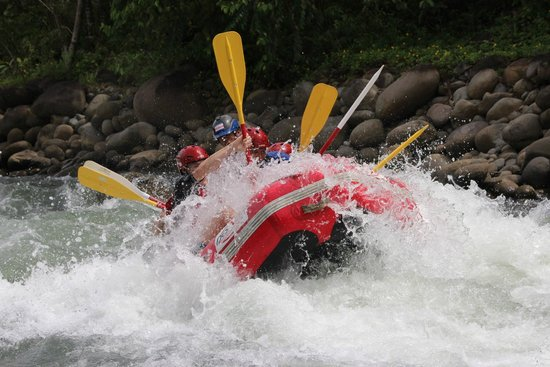 Desafio Adventure Company - Day Tours : hitting a sick rapid