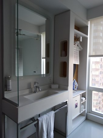 YOTEL New York at Times Square West: Standard Queen Cabin - Bathroom Storage/Sink Area