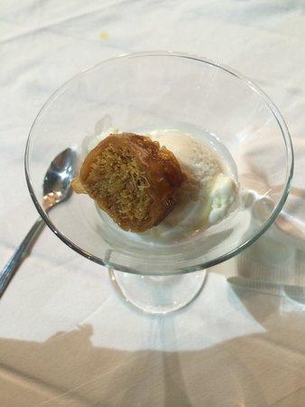 Zefyros Family Fish Taverna: Baklava and ice cream