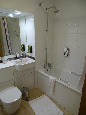 Premier Inn Edinburgh Airport (Newbridge) Hotel: Mooie badkamer
