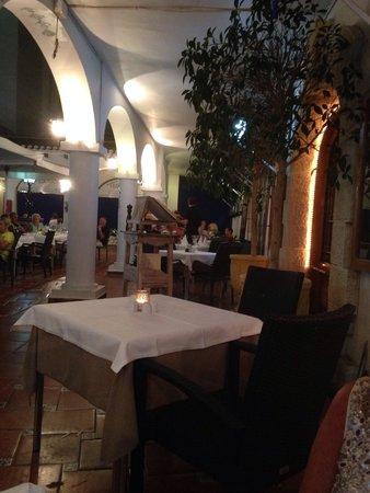 Eduardo's Villamartin Plaza: Empty tables tells you a lot!