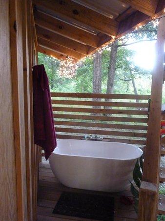 Shady River Getaway: outdoor tub