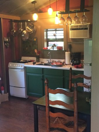 Shady River Getaway: a perfectly appointed little kitchen