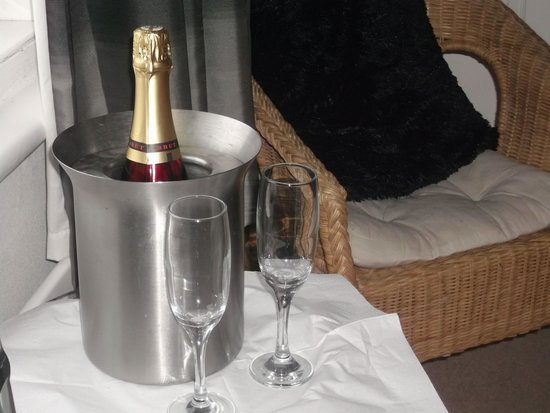 Hillcrest Guesthouse: Suprise Cava in our room!