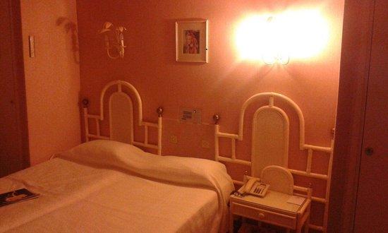 Hotel Souleias: La chambre dans les tons rose pâle. ..