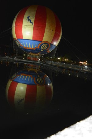 Disney's Hotel New York: The air balloon next to the hotel