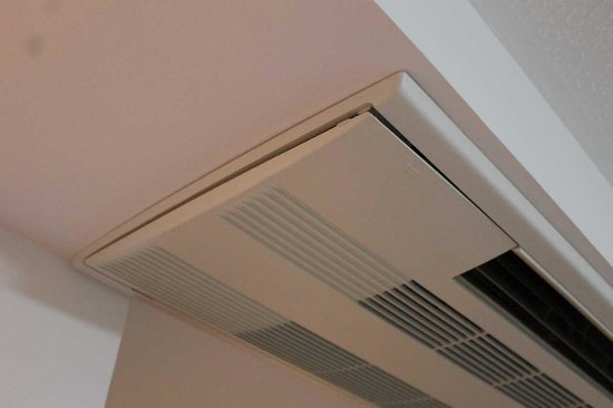 Premier Inn London Kings Cross Hotel : Air-con not fitted properly