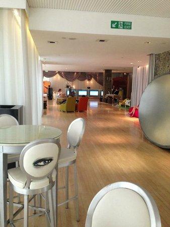 Sanderson London Hotel: Entrance and reception