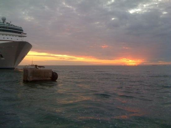 Mallory Square : Mallory sunset, with a photobombing cruise ship!