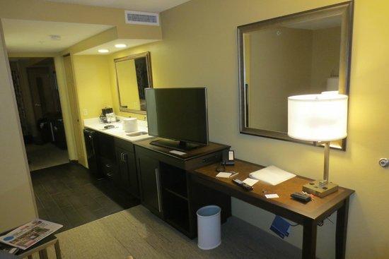 Hampton Inn & Suites Hershey Near The Park: Looking towards kitchenette