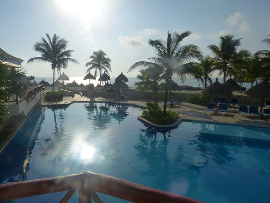 Luxury Bahia Principe Akumal Don Pablo Collection : Activities pool in Golden section looking towards the beach
