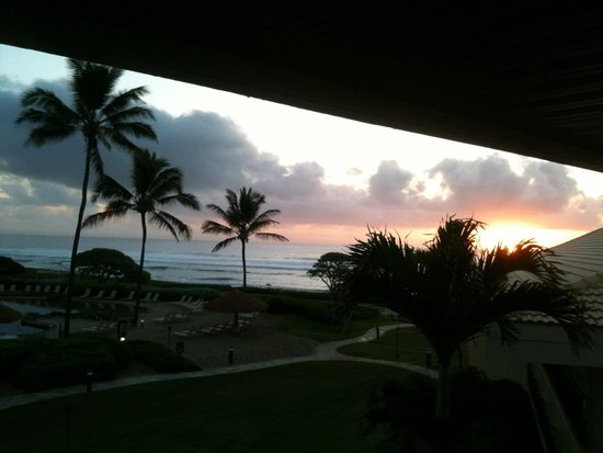 Kauai Beach Resort: Sun rise from our balcony