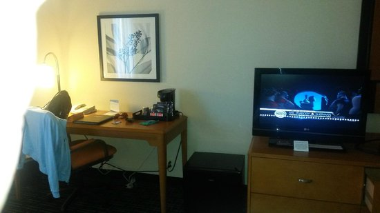 Fairfield Inn & Suites Cleveland Beachwood: TV/Desk