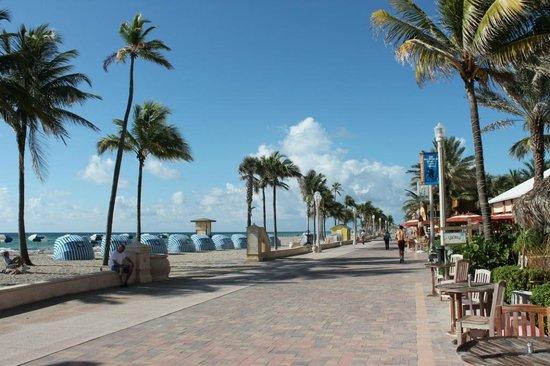 WalkAbout Beach Resort: La voie devant l'hôtel