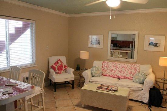 WalkAbout Beach Resort: Le salon avec canapé convertible