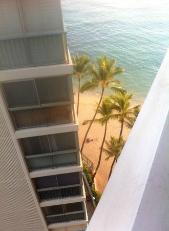 The New Otani Kaimana Beach Hotel: The view to the right, the mountain was left. The pictures don't do it justice.