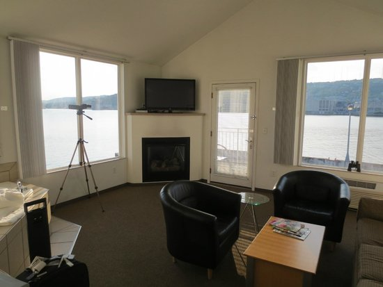 South Pier Inn on the Canal : Living room with fireplace, whirlpool and lots of room