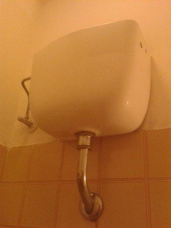 Le Querce: contenitore acqua che gogia sul wc