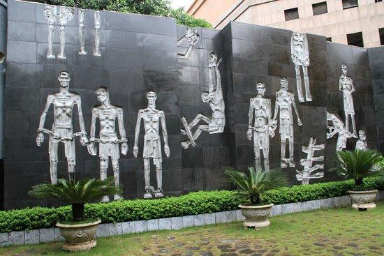 Prisión de Hoa Lo: Original sculpture in the garden